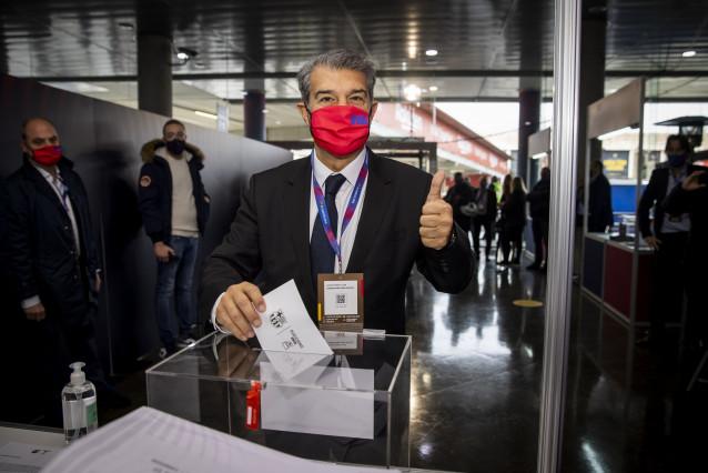 El candidat Joan Laporta, votant en la jornada d'eleccions presidencials del FC Barcelona del diumenge 7 de març