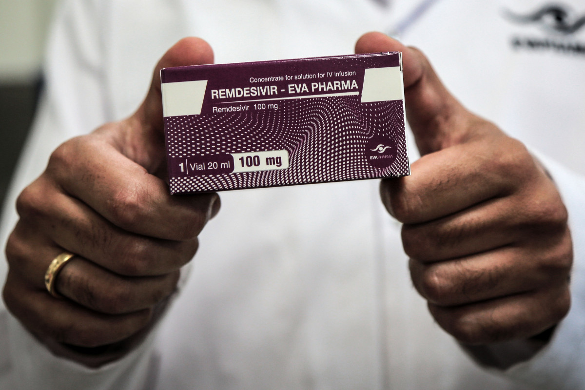 29 June 2020, Egypt, Gizeh: An employee of Egyptian pharmaceutical company Eva Pharma holds a pack containing vials of Remdesivir, a broad-spectrum antiviral medication approved es a specific treatment for COVID-19, at the company s factory, which started